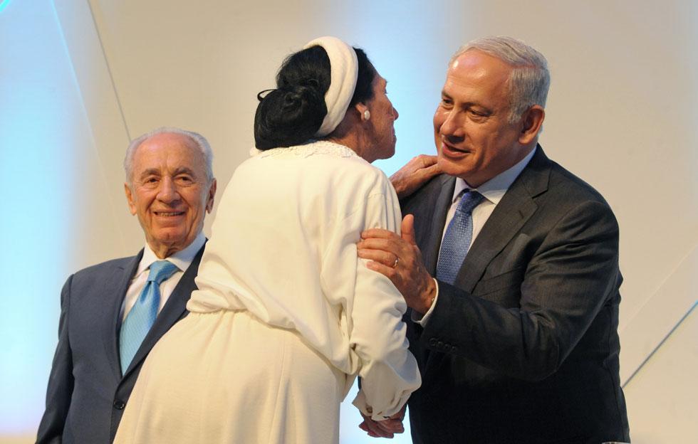 """בטקס פרס ישראל, עם ראש הממשלה נתניהו והנשיא פרס. """"סבא שלי נתן לכולנו דוגמה אישית"""" (צילום: משה מילנר, לע""""מ)"""