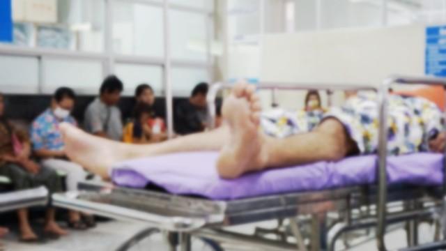 מיטת חולים במסדרון בית חולים (צילום: shutterstock)