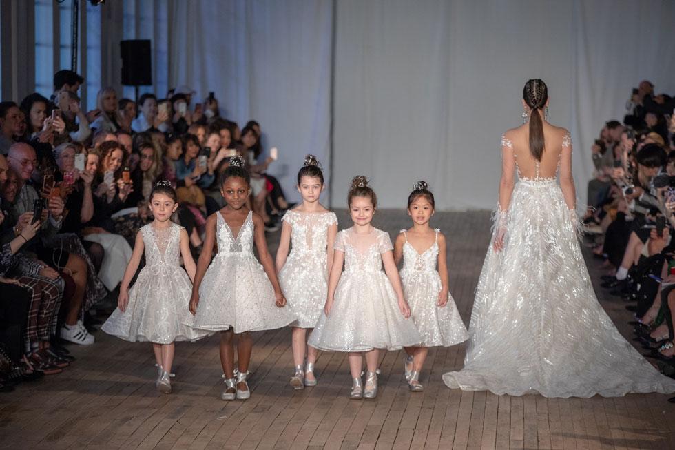 פינאלה מתוק שכבש את הקהל. ילדות בשמלות שושבינות לבנות בתצוגה של ברטה (צילום: מייק קולון וקלין פירסון)