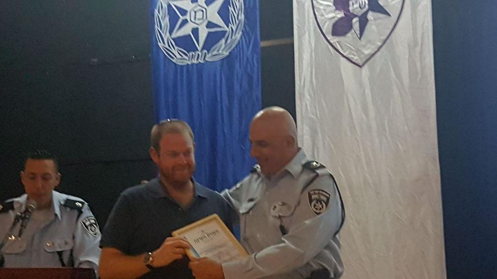 Kaufman receiving certificate of appreciation from Barkat (Photo: Israel Police)