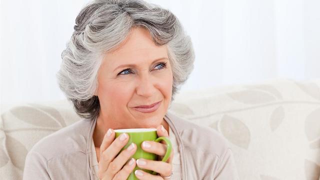 קשישה שותה תה  (צילום: shutterstock)