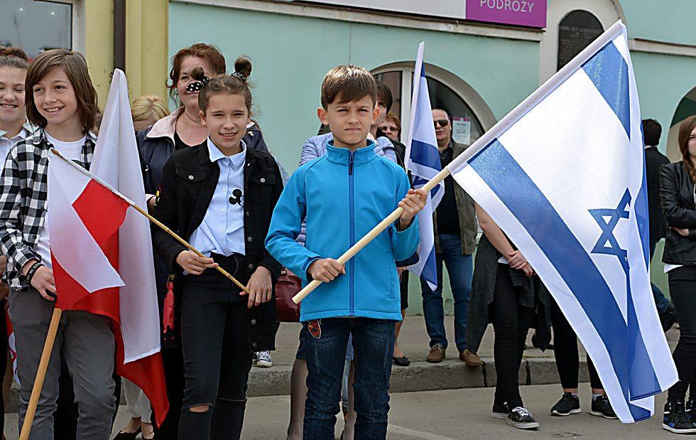 מצדיעים לישראל ולבן-גוריון בפלונסק (צילום: יוסי זליגר)