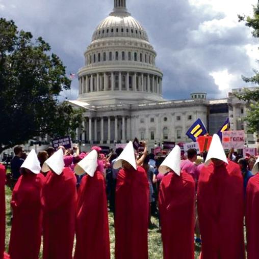 סמל למאבק. מפגינים נגד טראמפ מול הבית הלבן בשנה שעברה