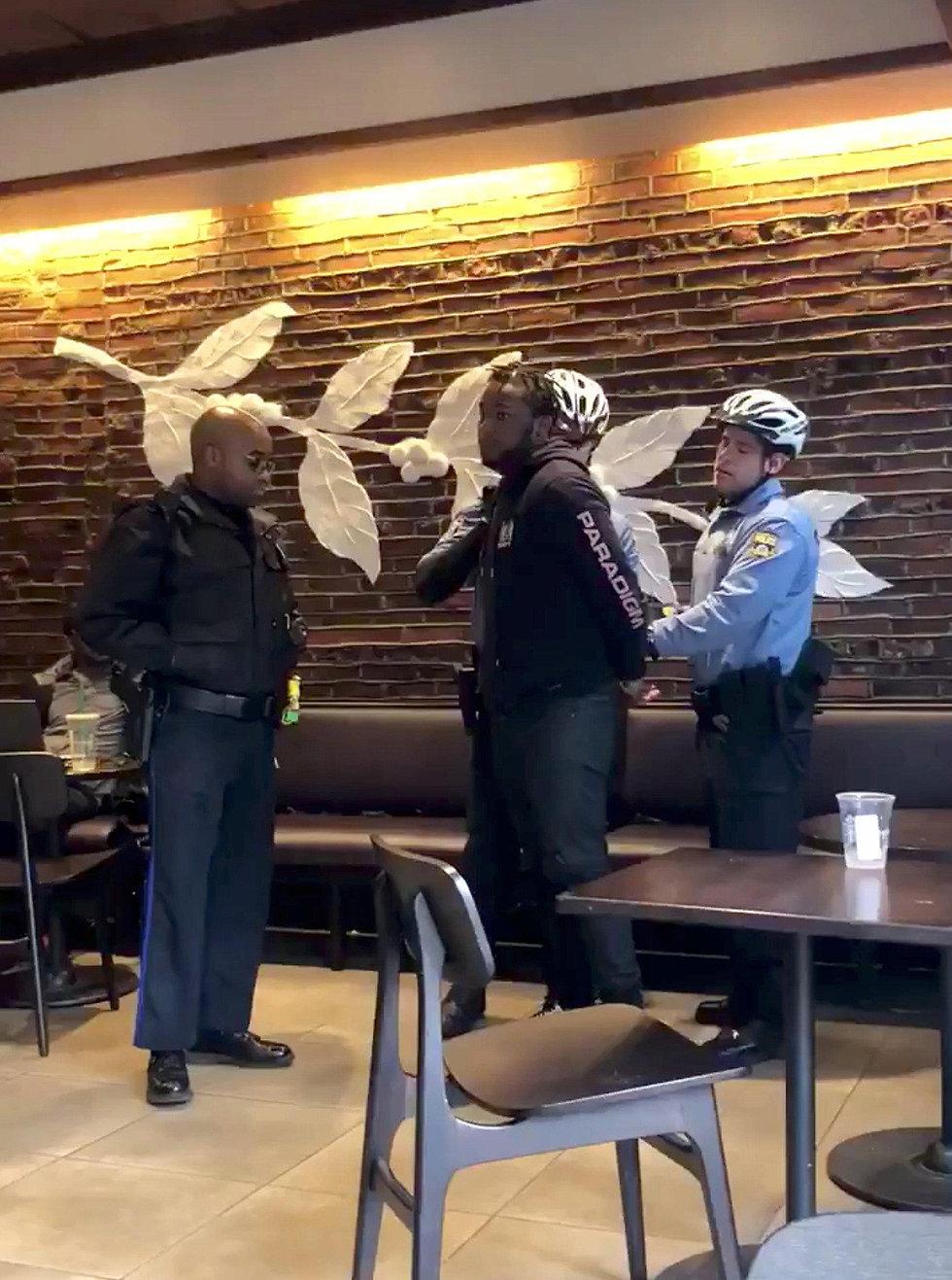 מעצר של גבר שחור בסניף של סטארבקס בפילדלפיה (צילום: רויטרס)