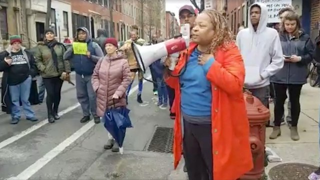 מפגינים מחוץ לסניף של סטארבקס במחאה על מעצר שני שחורים שעמדו בפנים (צילום: רויטרס)