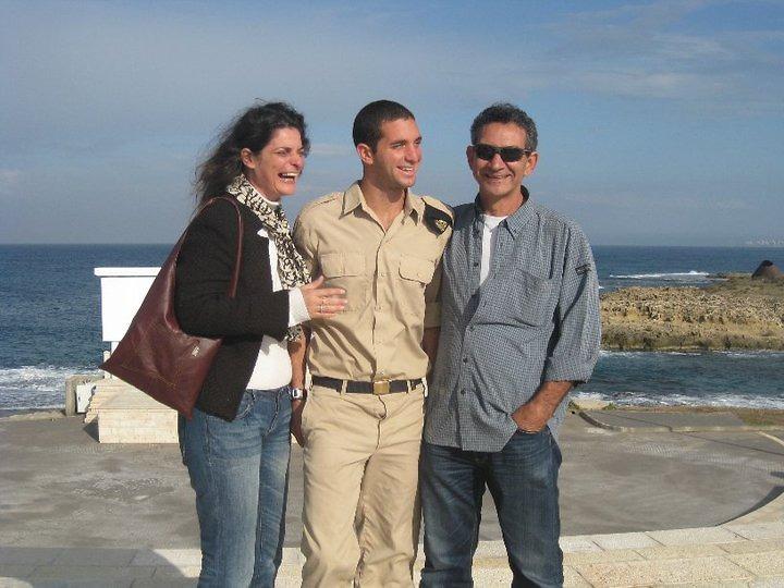 """גל אזולאי ז""""ל עם הוריו במהלך שירותו הצבאי"""