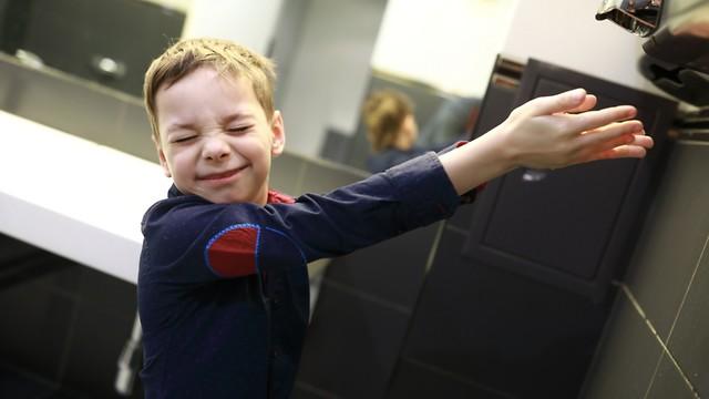 ילד משתמש במייבש ידיים (צילום: shutterstock)
