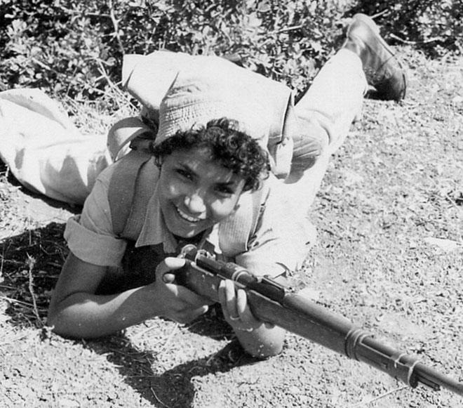 אמא מצטלמת בזמן שירותה הצבאי (צילום: אלבום פרטי)
