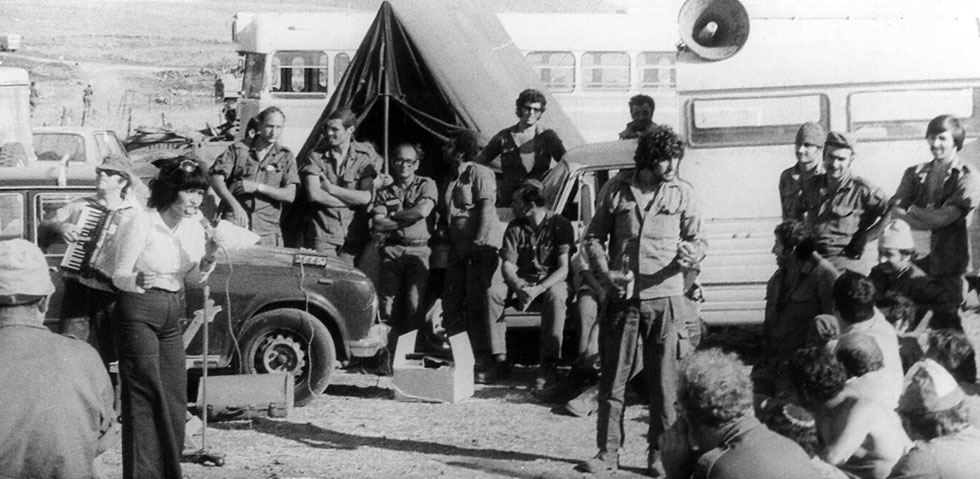כוכבה הררי מופיעה בפני חיילים (צילום: אלבום פרטי)