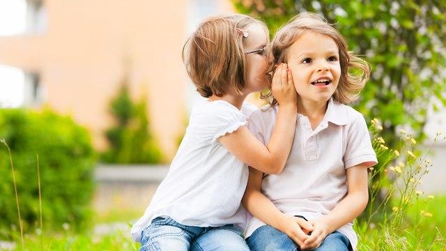 ילדה לוחשת סוד (צילום: shutterstock)