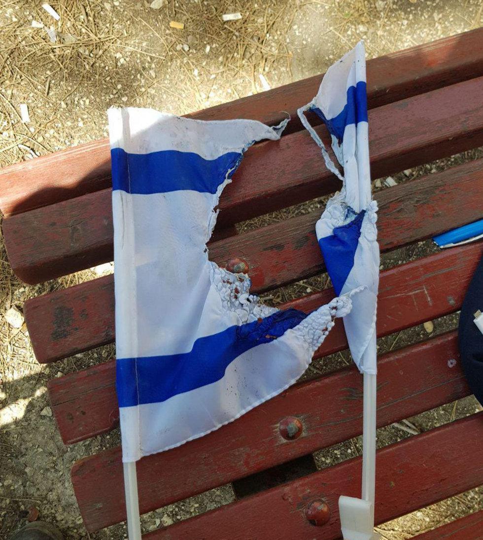 דגל ישראל שרוף בגבעה הצרפית ירושלים (צילום: דוברות המשטרה)