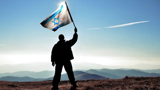 היינו פה: הנפת ותקיעת דגל על פסגת ההר (צילום: shutterstock)