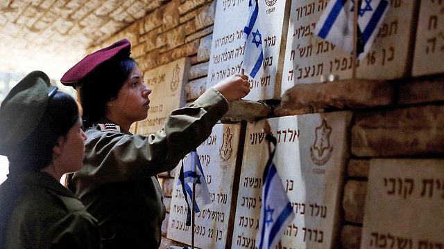 הכנות לטקס יום הזיכרון בהר הרצל ירושלים (צילום: רויטרס)