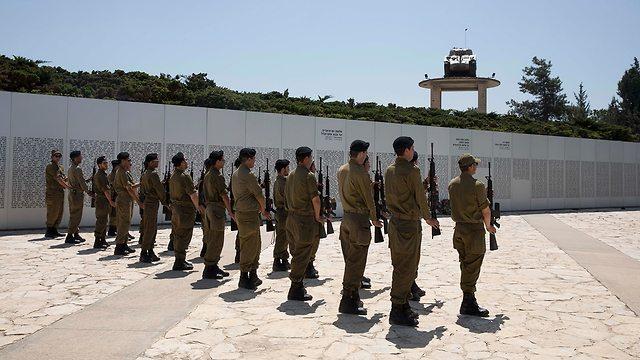 חיילים חזרות לטקס יום הזיכרון ב לטרון (צילום: EPA)