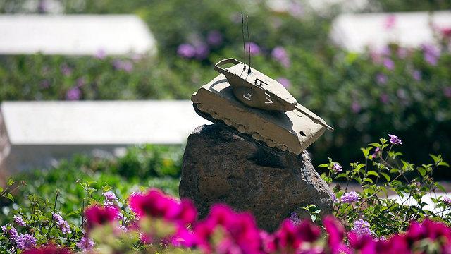 הכנות טקס יום הזיכרון בית עלמין קריית שאול תל אביב (צילום: AP)