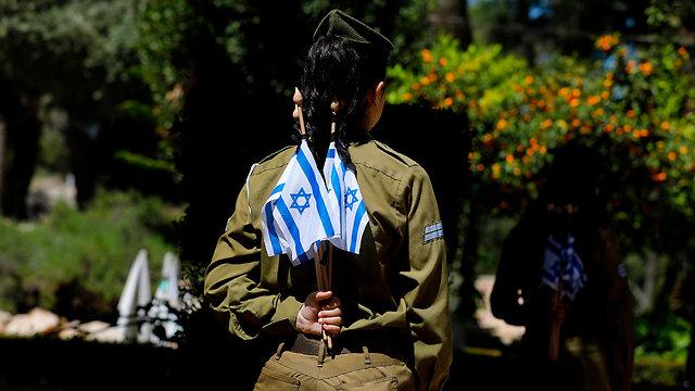 הכנות לטקס יום הזיכרון בהר הרצל ירושלים (צילום: AFP)