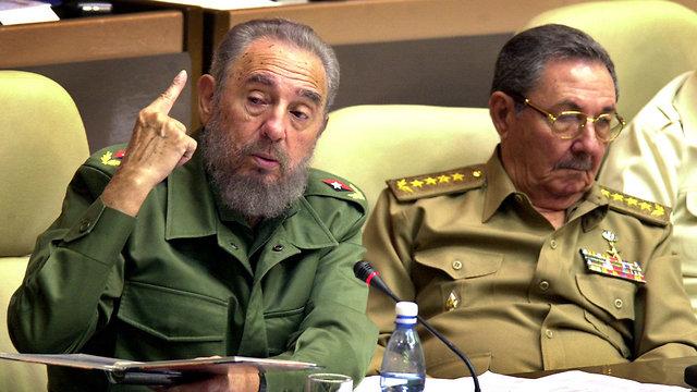 נשיא קובה פידל קסטרו ואחי ראול קסטרו 2002 (צילום: AP)