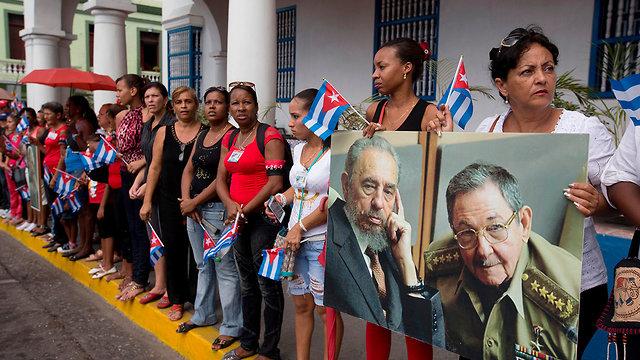 סנטיאגו קובה תמונות של פידל קסטרו ו ראול קסטרו (צילום: AP)