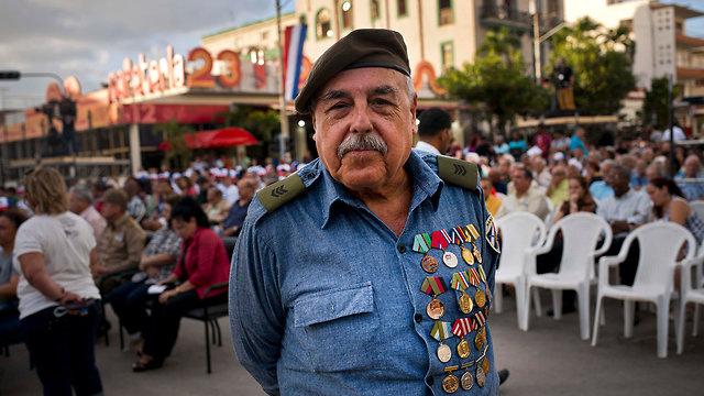 יוצא צבא קובה מ ממפרץ החזירים הוואנה 57 שנה להכרזה על מהפכה סוציאליסטית קובנית פידל קסטרו (צילום: AP)