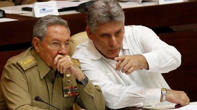 נשיא קובה ראול קסטרו וסגנו מיגל דיאס קאנל יורשו המיועד (צילום: AP)