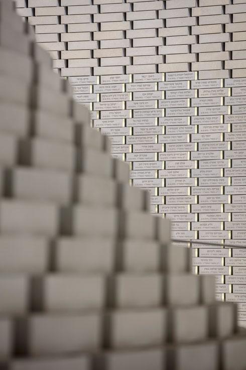 עשרות אלפי שמות כבר חקוקים על גבי הלבנים. הלבנים העליונות ריקות (צילום: עמית גרון)