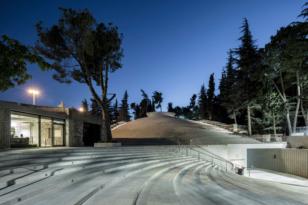 מראה האתר בערב. הפרויקט מועמד לפרס RIBA הבריטי, מהחשובים בעולם האדריכלות (צילום: עמית גרון)