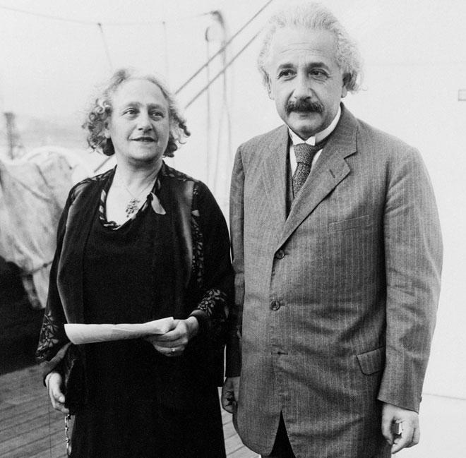 פרופ' איינשטיין עם אשתו אלזה, 1930. אי אפשר להיות גם גאון הדור וגם בעל מושלם (צילום: AP)