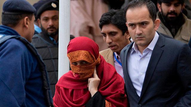 אשתו של שופט לשעבר ב פקיסטן השניים נאשמים בעינוי ילדה בת 10 שעבדה בביתם כ משרתת (צילום: AP)