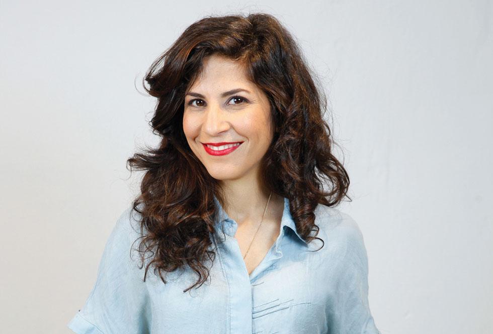 """הדר שמש: """"אנשים לא רצו לדבר איתי בגלל הישראליות שלי. אז החלטתי לא לספר שאני ישראלית והצגתי את עצמי בשם ג'וליה. השם שהמצאתי הביך אותי בשנים שלאחר מכן"""" (צילום: גל חרמוני)"""
