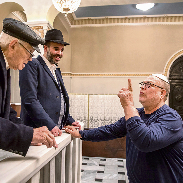 בבית הכנסת, עם משה העליון בן ה־93. זיכרונות מכיכר החירות | צילום: אלי דסה