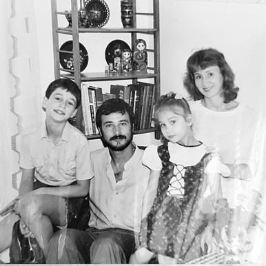 דובינצ'יק בילדותה עם אחיה נתן והוריה