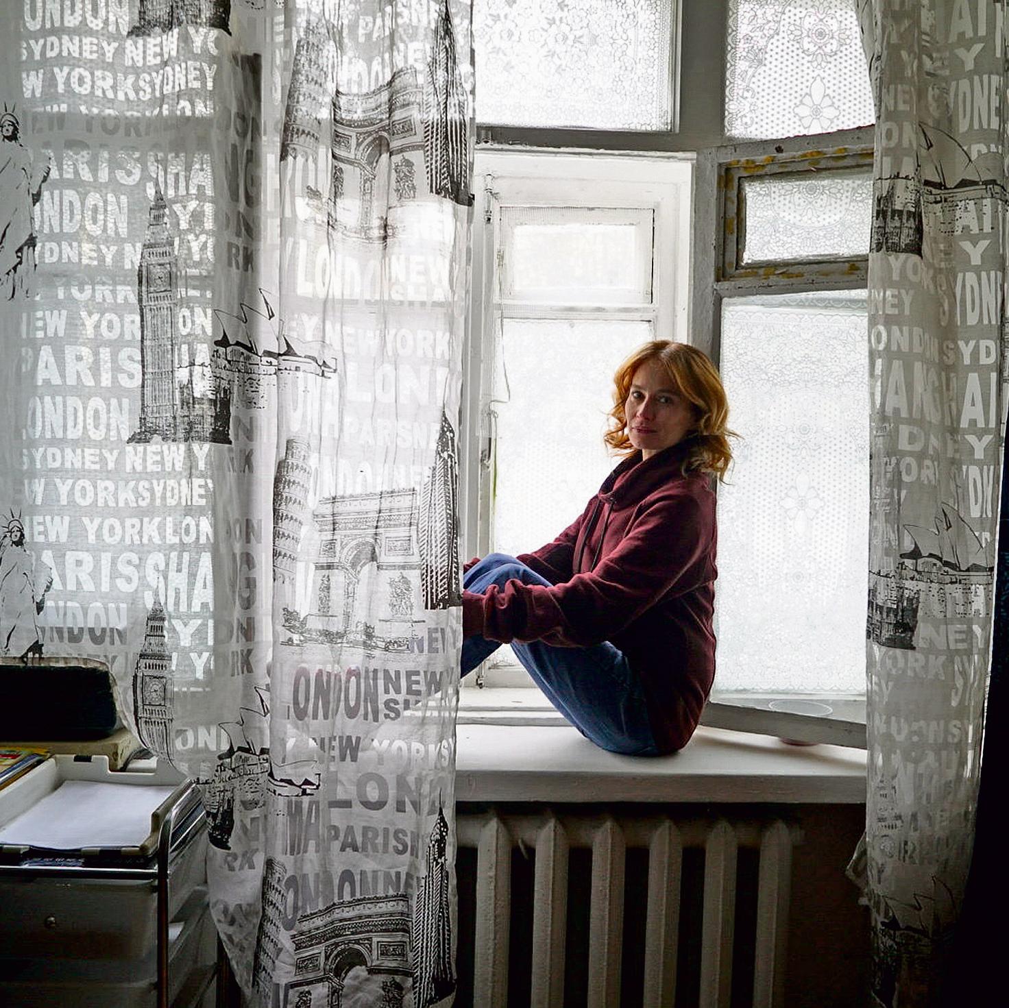 ליד החלון שממנו נהגה כילדה לצאת לגן המשחקים | דריה קוזנצובה
