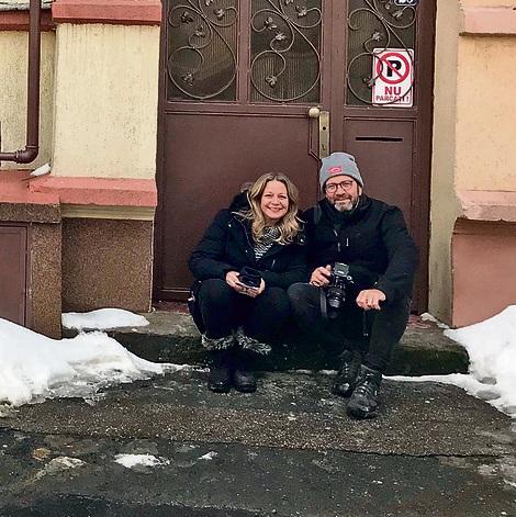 """מיקי ודן חיימוביץ' ליד הבית שבו התגורר אביהם. """"מסתכלים אחרת על ההורים שלנו"""""""