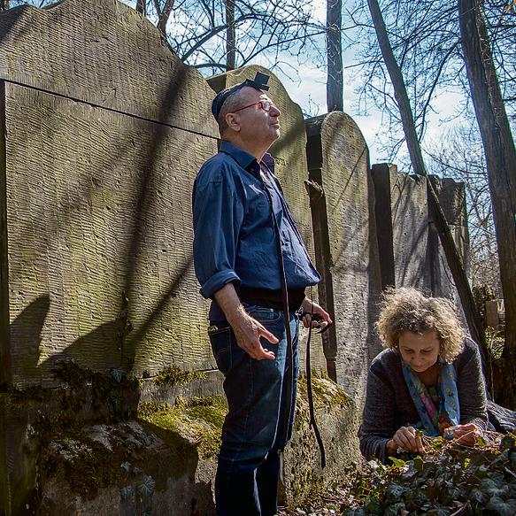 עם אחותו מרים על קבר סבו. מניח תפילין בפעם הראשונה בחייו | צילום: יואב בירנברג
