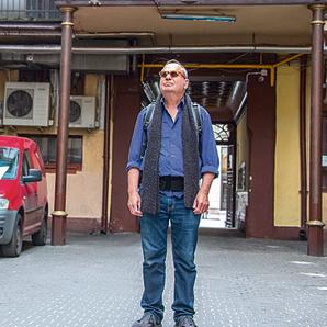 ליד בית אביו בלודז'. עכשיו מתגוררים כאן תשעה פועלים | צילום: יואב בירנברג
