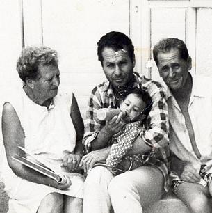 בראבא בצעירותו עם הוריו