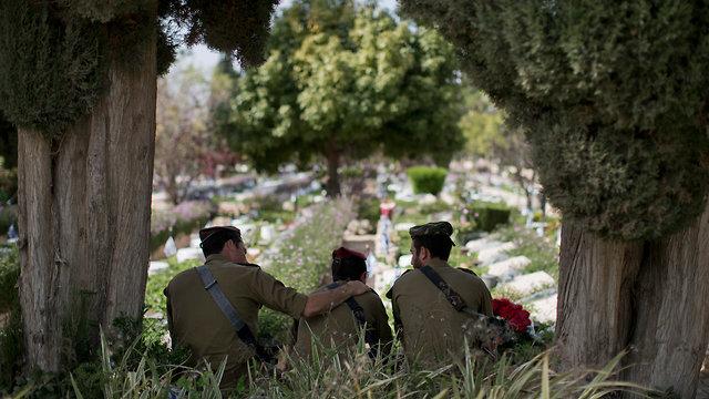 יום הזיכרון לחללי מערכות ישראל, בית עלמין צבאי קריית שאול בתל אביב (צילום: AP)