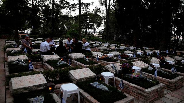 יום הזיכרון לחללי מערכות ישראל, בית עלמין הר הרצל בירושלים (צילום: AFP)