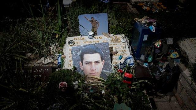 יום הזיכרון לחללי מערכות ישראל, בית עלמין הר הרצל בירושלים, הקבר של עוז צמח (צילום: EPA)