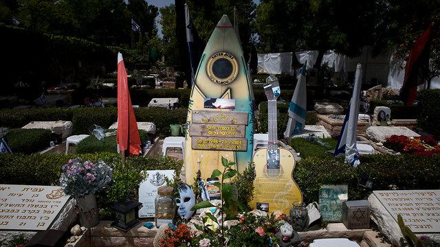 יום הזיכרון לחללי מערכות ישראל, בית עלמין הר הרצל בירושלים, הקבר של לי מט (צילום: EPA)