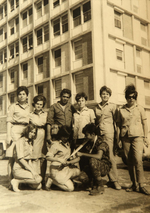 """להט (למעלה, ראשונה משמאל) עם צוות יחידת המילואים 55 בבית החולים הדסה, 1968. """"מצבים שלא הכרתי עד אז"""" (צילום רפרודקוציה: צביקה טישלר)"""