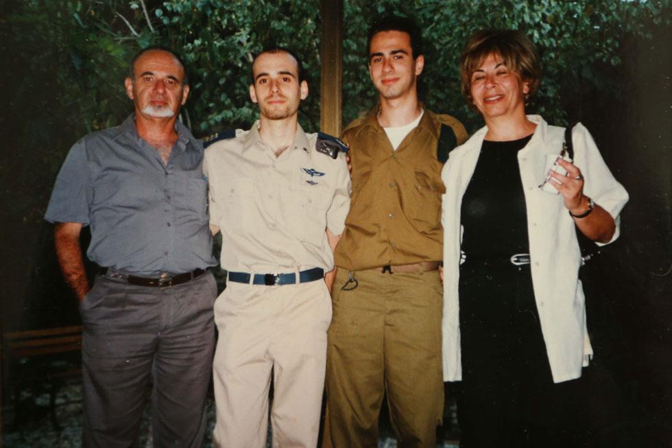 """עם בעלה מנשה ושניים משלושת ילדיהם, איתן ודרור. """"בכל פעם שנולד לנו ילד, חשבתי שהוא לא יתגייס לצבא"""" (צילום רפרודקוציה: צביקה טישלר)"""