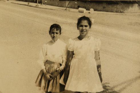 """להט בת העשר (מימין) ביום שבו נפגשה עם הנשיא בן צבי. """"תפרו לי שמלה לבנה"""" (צילום רפרודקוציה: צביקה טישלר)"""