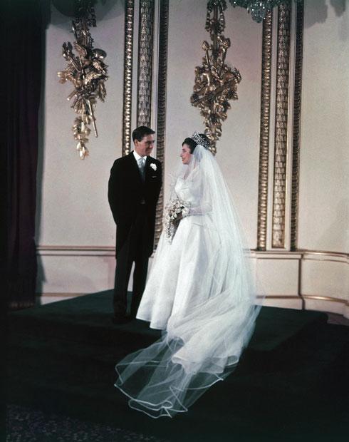 אחת השמועות המובילות היא כי מרקל צפויה לבצע מחווה לשמלת הכלה של הנסיכה מרגרט, אחותה הצעירה של המלכה אליזבת ה-II, שנישאה במאי 1960 בשמלת כלה עם צווארון מוגבה בעיצובו של נורמן הרטנל (צילום: AP)