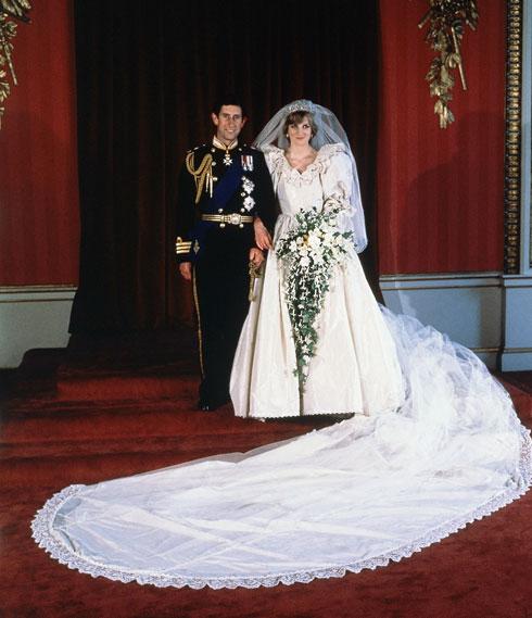שובל באורך 7.62 מטרים בשמלת הכלה של הנסיכה דיאנה (צילום: AP)