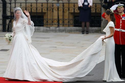 """האם מרקל תצליח לשחזר את הבאז? קייט מידלטון ב-2011 בשמלת כלה בעיצוב בית האופנה אלכסנדר מקווין, שמחירה עמד על 150 אלף ליש""""ט (צילום: AP)"""