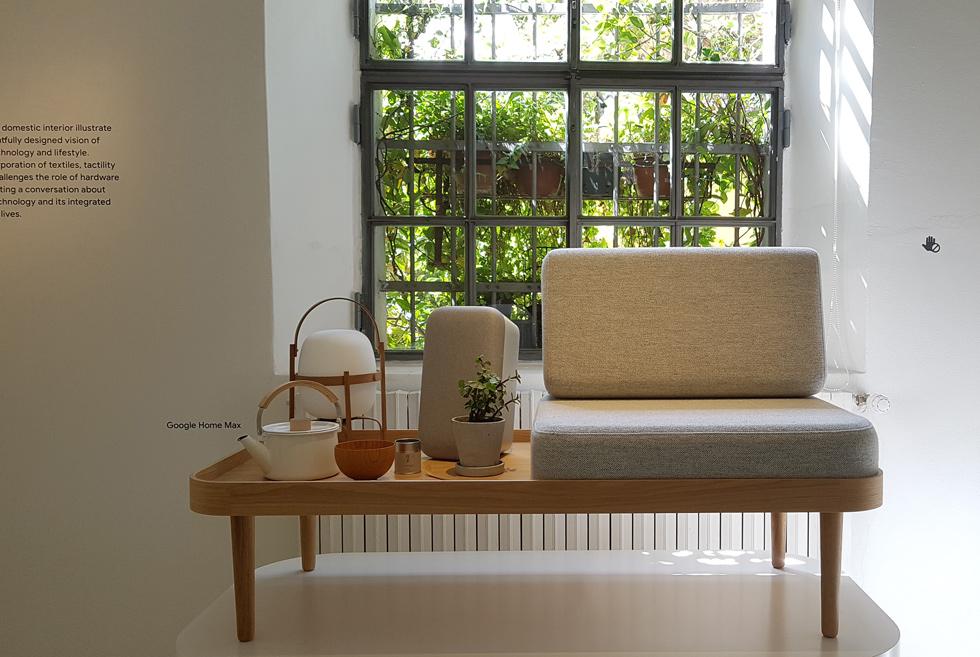 ממש כפי שמכשיר הטלוויזיה היה עשוי בתחילת דרכו מעץ, ונראה כמו אחד הרהיטים בסלון - מבקשת גוגל להראות שמכשירים כמו ''גוגל הום'' מקסי (רמקול אלחוטי וחכם, בתמונה באפור) מתאימים היטב ליד הכורסה וקנקן התה החם (צילום: ענת ציגלמן)