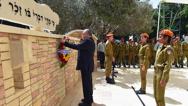 Defense Minister Avigdor Lieberman lays a wreath at the the military section of the Kiryat Shaul Cemetery in Tel Aviv (Photo: Defense Ministry)