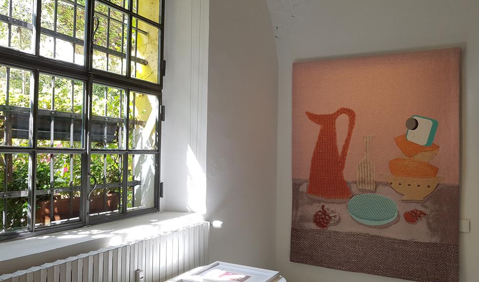 על קירות החדר האמצעי בתערוכה נתלו עבודות טקסטיל גדולות של המעצבת ההולנדית קיקי ואן אייק (צילום: ענת ציגלמן)