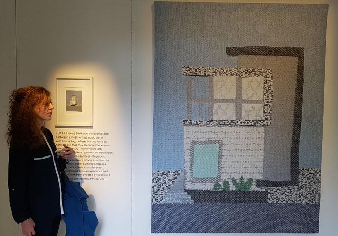 בכניסה לתערוכה תלויה עבודה שכולה עשויה מטקסטילים של מכשירים אלקטרוניים (צילום: ענת ציגלמן)